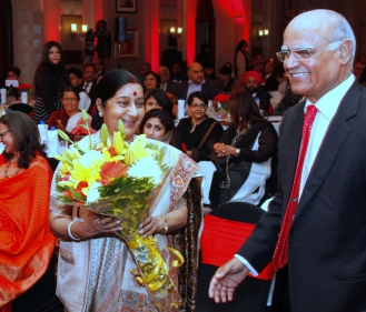 Greeting Sushma Swaraj at Devi Awards 2016