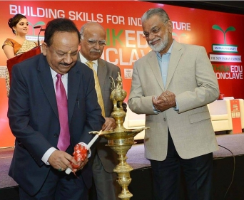 The lamp lighting ceremony with Dr. Harsh Vardhan, Prabhu Chawla and Dr. K. Radhakrishnan. Think EDU conclave